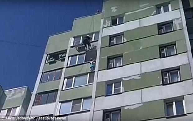 Bé gái 5 tuổi ở St Petersburg cũng may mắn được giải cứu từ bên ngoài ban công tầng 9. Ảnh Dailymail.