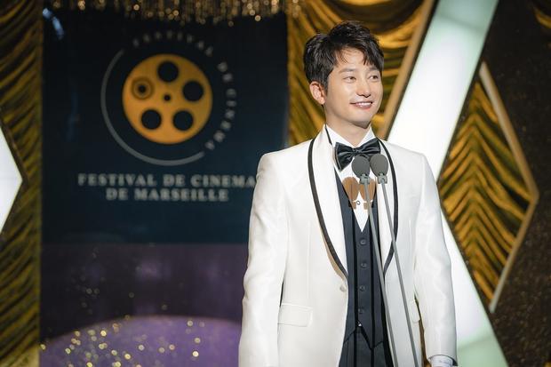 Vừa hồi hộp, vừa cười bò với tạo hình của Song Ji Hyo và Park Shi Hoo trong phim kinh dị Lovely Horribly