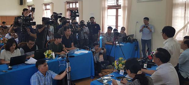 Phóng viên báo chí tham dự cuộc cung cấp thông tin ở Sở GD-ĐT Sơn La. Ảnh: Thanh niên.