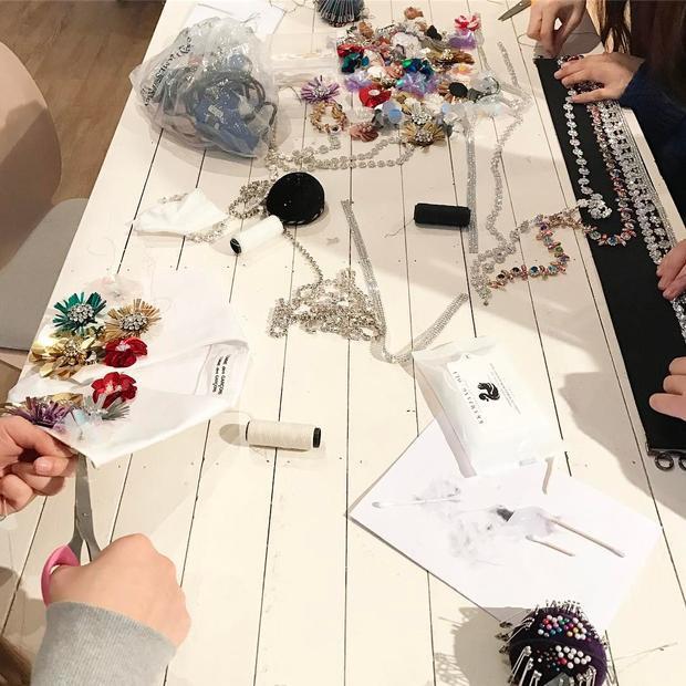 Đội ngũ stylist của Black Pink khoe ảnh 'tác nghiệp' phụ kiện cho các cô gái.