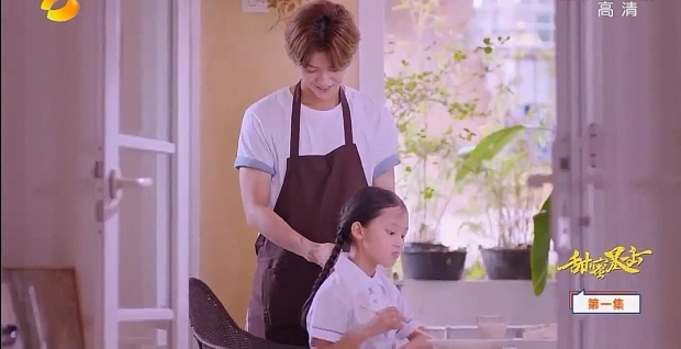 Biên kịch xây dựng vai diễn Minh Thiên là một chàng trai hoàn hảo vừa thông minh, chịu khó lại rất yêu thương các em của mình. Anh chàng không chỉ nấu ăn cho các em mà còn thắt bím tóc cho em gái vô cùng thuần thục, bản thân chấp nhận nghỉ học 2 năm đi làm kiếm tiền lo cho các em ăn học.