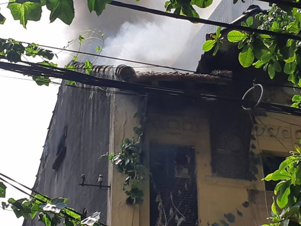 Phần mái nhà bốc khói nghi ngút.