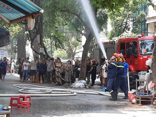 Lực lượng Cảnh sát tiếp cận hiện trường dập lửa.