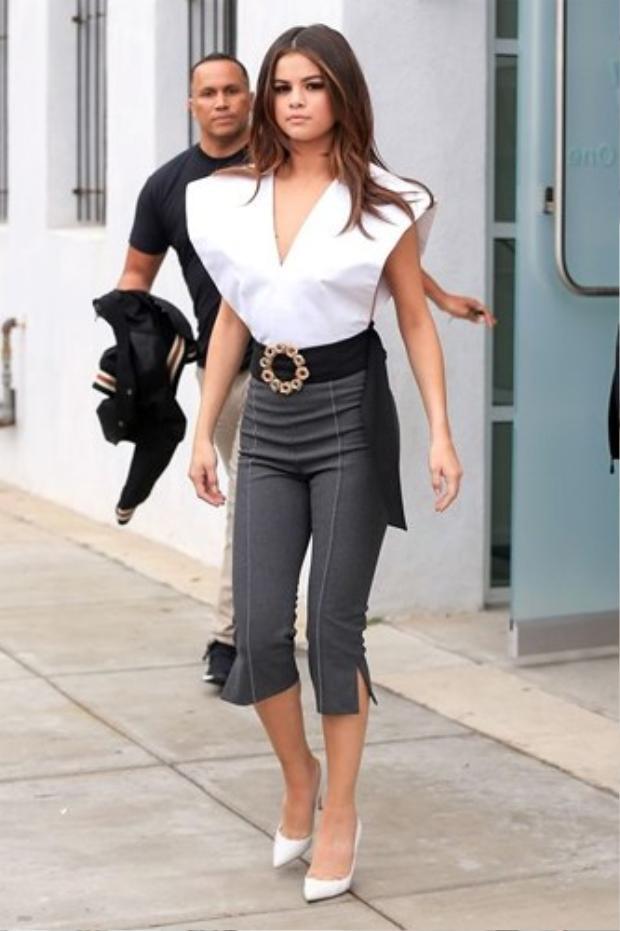 Những lần ít ỏi Selena diện trang phục điệu đà trên phố, thế nhưng cô vẫn chọn áo khoét cổ sâu.