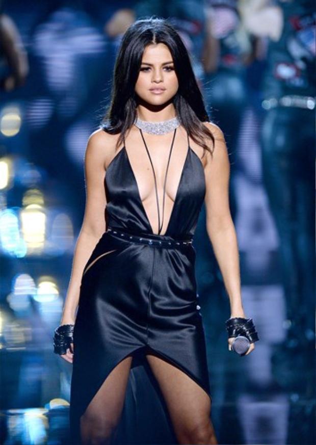 Trong show thời trang Victoria' s Secret hồi tháng 11/2015, Selena xuất hiện nóng bỏng trong trang phục cắt xẻ táo bạo. Trang phục cắt đúng nơi xẻ đúng chỗ giúp nữ ca sĩ trông cao hơn bình thường.