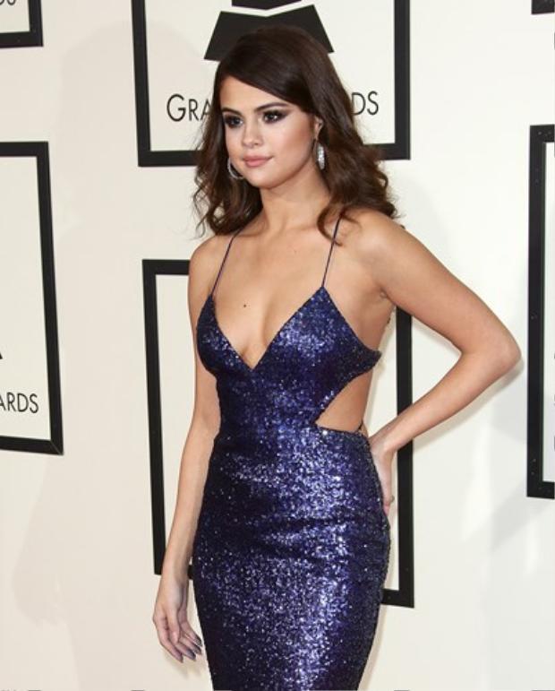 Nữ ca sĩ sinh năm 1992 nóng bỏng với đầm hai dây hở bạo gam xanh, nổi bật tại Lễ trao giải Grammy thường niên lần thứ 58 diễn ra ở Los Angeles vào ngày 15/2/2016.