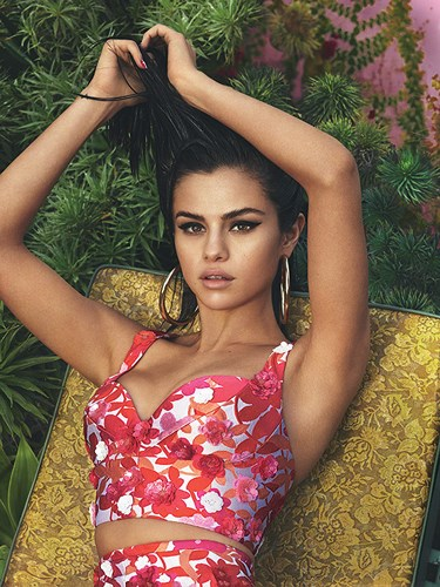 Nữ ca sĩ diện crop top họa tiết hoa sặc sỡ, chụp hình cho trang bìa tạp chí Vogue hồi tháng 4/2017.