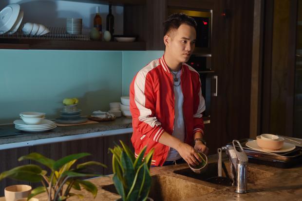 """Không chỉ mát tay với những bản ballad """"lụi tim"""", Khắc Hưng cũng từng thành công với việc biến biến nhạc điện tử trở thành một bài hát hit dễ nghe, dễ hát."""