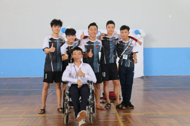 Dù đôi chân khuyết tật, không thể tham gia thể thao như các bạn, nhưng Tấn Anh vẫn có mặt để cổ vũ tinh thần các thành viên trong lớp tại các buổi thi đấu thể thao.