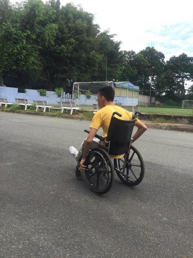 """Chiếc xe lăn là """"người bạn"""" đồng hành cùng Tấn Anh suốt nhiều năm nay."""