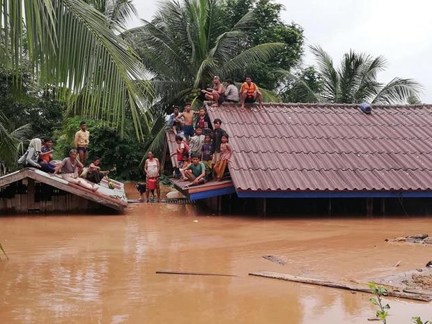 Đến sáng ngày 25/7, lực lượng chức năng ở Lào vẫn đang tìm kiếm người mất tích và di tản người dân khỏi vùng bị ảnh hưởng bởi lũ gây ra từ vụ vỡ đập thủy điện Xepian Xe Nam Noy ở tỉnh Attapeu.Ảnh: Attapeu Today.