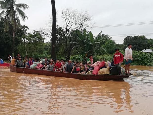 Những chuyến thuyền cứu nạn luôn quá tải là hình ảnh phổ biến sau sự cố vỡ đập.Ảnh: Attapeu Today.