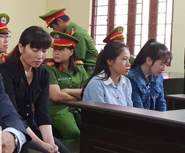 Các bị cáo bật khóc tại tòa. Ảnh: báo Giao Thông.