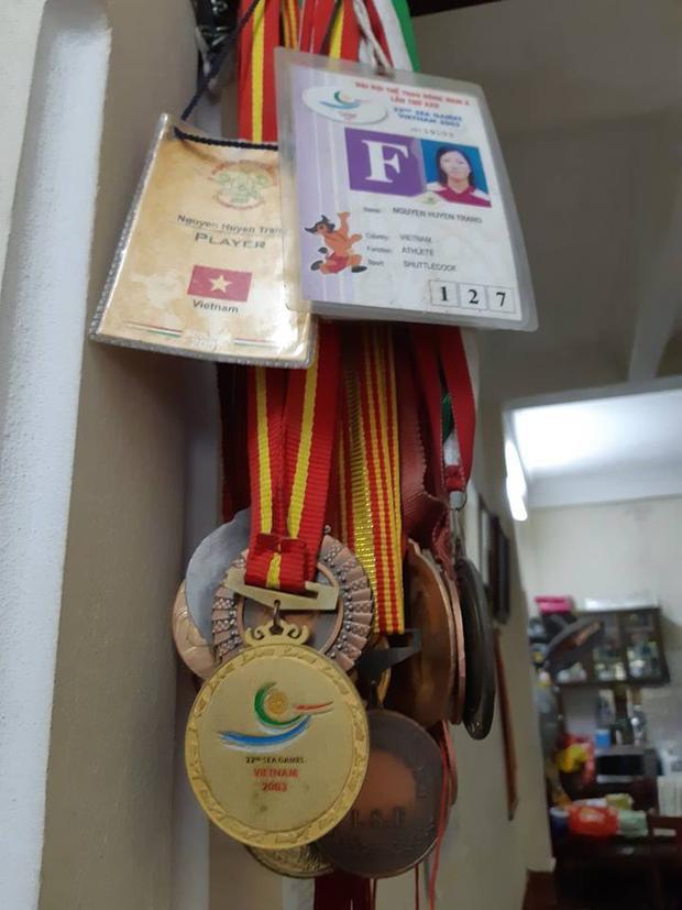 Trong nhà chị Huyền Trang còn lưu giữ nhiều tấm huy chương, bằng khen…