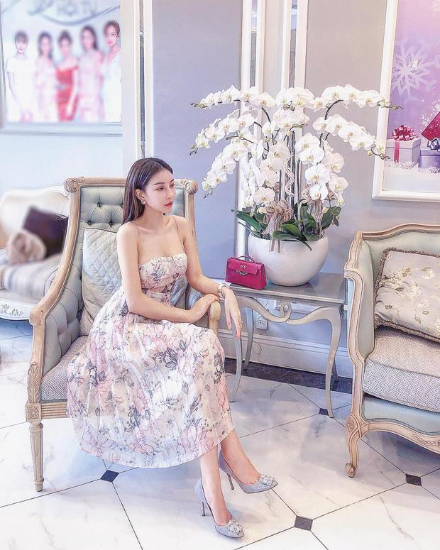 Hoa hậu Lam Cúc khoe dáng nuột nà cùng chiếc váy cúp ngực, chất liệu vải dập pli in hoa bềnh bồng.