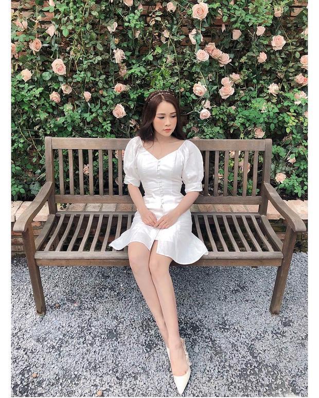 Sam hóa công chúa cùng váy trắng xòe bồng ngọt ngào. Cô nàng cũng khéo léo phối với băng đô đính hạt nữ tính, nhẹ nhàng.
