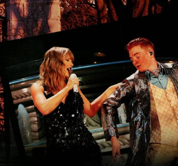 """Nam vũ công """"hại"""" Taylor khiến cô nàng ngã trên sân khấu."""