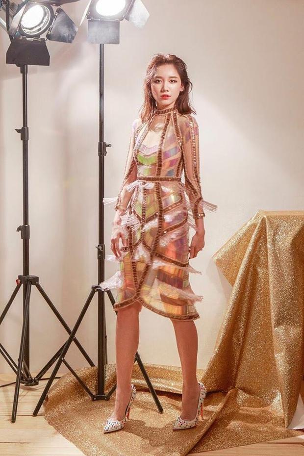 Đụng độ khi diện trang phục giống ca sĩ Đông Nhi nhưng bà xã Trấn Thành không hề kém cạnh về sắc vóc cũng như thần thái.
