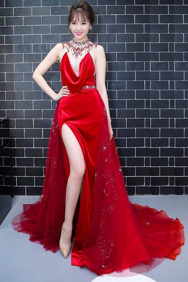 Vô cùng lộng lẫy, kiêu sa trong một chiếc đầm đỏ gợi cảm khoe body nuột nà và làn da trắng ngần.