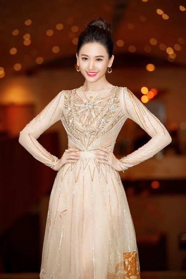 Cô nàng khoe dáng trong chiếc váy voan thêu đính kỳ công của NTK Lê Thanh Hòa.