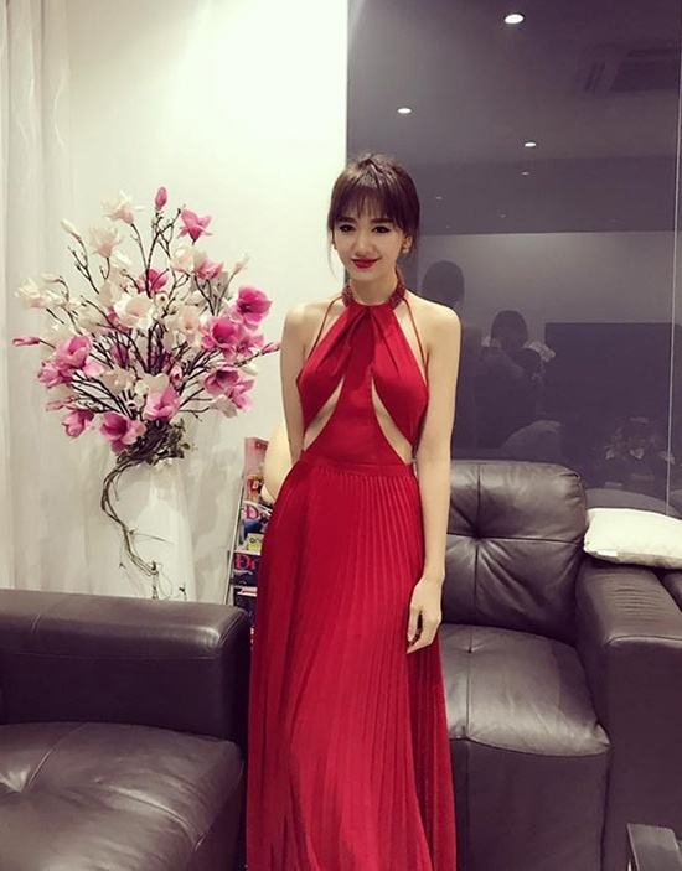 """Diện kiểu váy cổ yếm hở chân ngực vô cùng sexy trong 1 sự kiện, Hari Won khiến khán giả bất ngờ vì thân hình quá gọn gàng. Nhiều bình luận khen ngợi nỗ lực giảm cân của Hari, từ mũm mĩm trở thành """"mình dây"""" gợi cảm."""