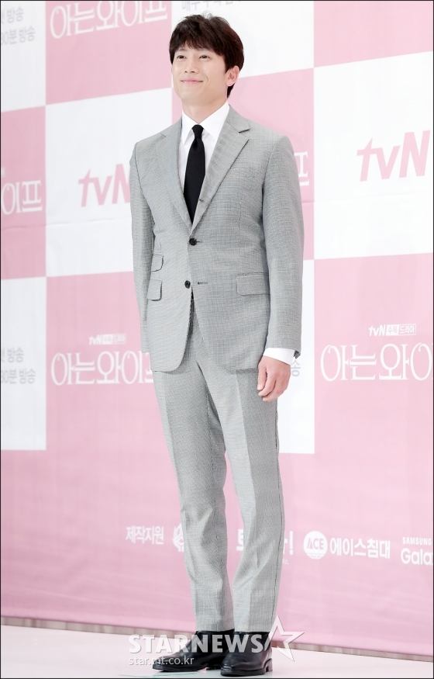Ji Sung sở hữu nhiều góc nhìn đáng yêu, trẻ trung.