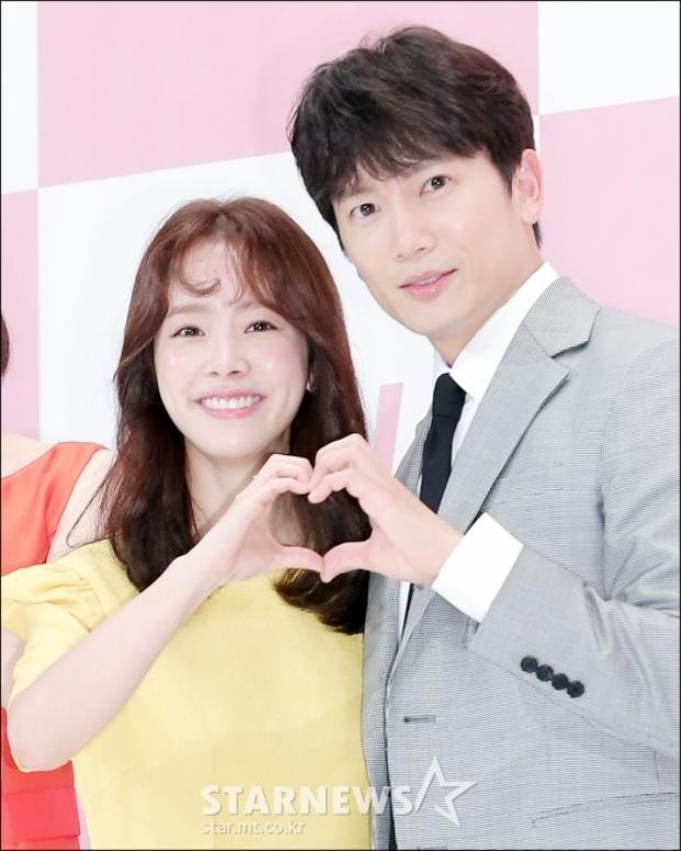 Họp báo 'Familiar Wife': Luỵ tim với màn cạnh tranh 'aegyo' của vợ chồng Ji Sung  Han Ji Min