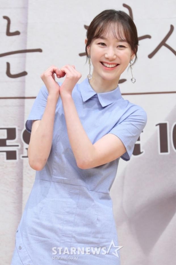 Nữ diễn viên Lee Yoo Young giản dị, xinh xắn đáng yêu.