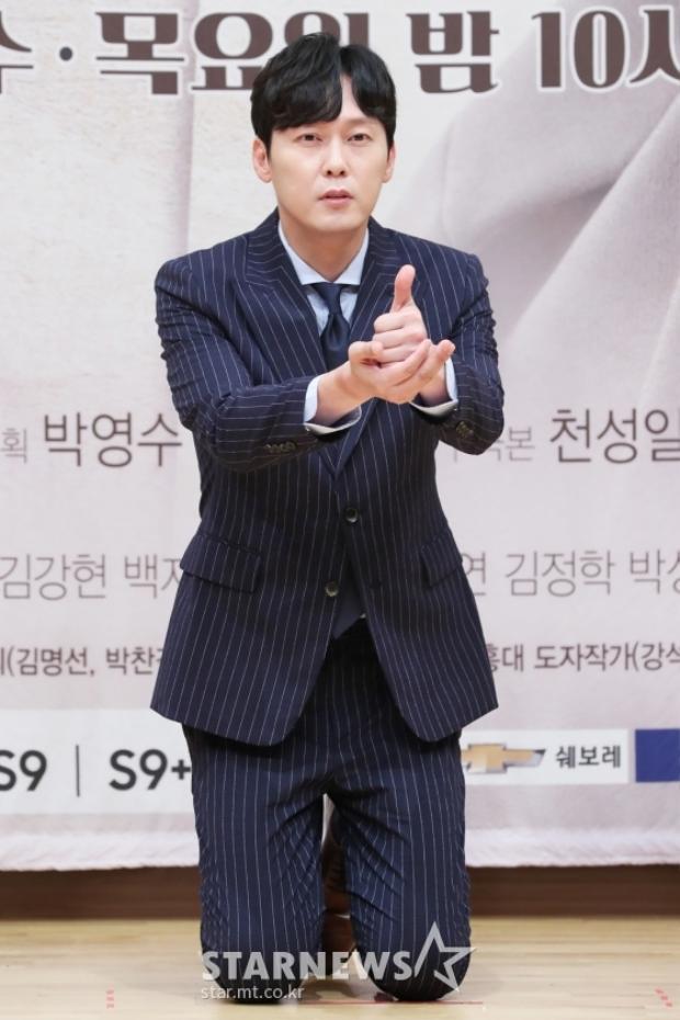 Mê mẩn trước vẻ ngoài nam tính của Park Byung Eun.