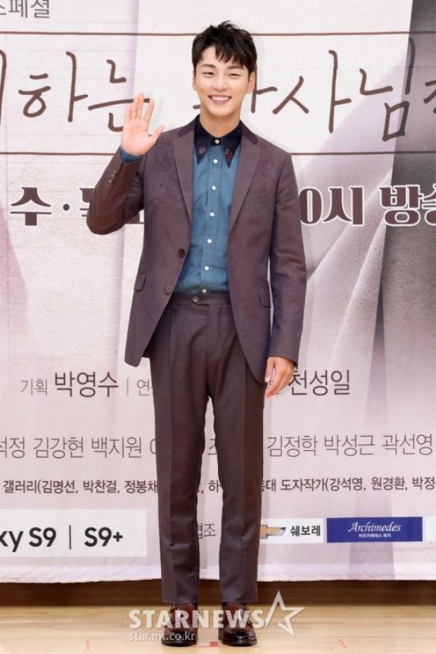 Yoon Si Yoon diện bộ trang phục thanh lịch, cười tươi chào người hâm mộ.
