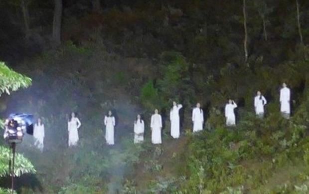 """Hình ảnh 10 cô gái mặc áo dài trắng đứng trên đồi thông gây tranh cãi trong chương trình """"Đồng Lộc - Bài ca bất tử""""."""
