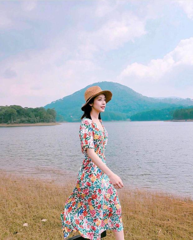 Nhiều người vẫn nói, Chi Pu đích thị là một fashionista chính hiệu khi những mẫu váy cô nàng diện đều được khá nhiều người săn lùng. Mẫu váy hoa nhí, tay thiết kế hơi bồng khiến cô nàng có phần nữ tính hơn.
