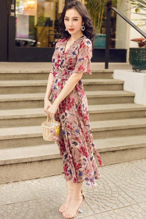 Là một tín đồ thời trang, bà mẹ nhí Angela Phương Trinh cũng không quên sắm ngay cho mình mẫu váy này vào tủ đồ.