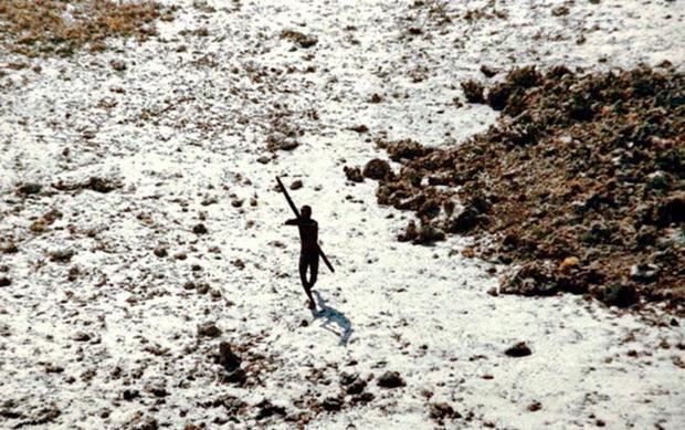 Ít nhất khoảng 100 bộ lạc đang sinh sống ở riêng khu vực rừng Amazon của Brazil. Ảnh: Odditycentral
