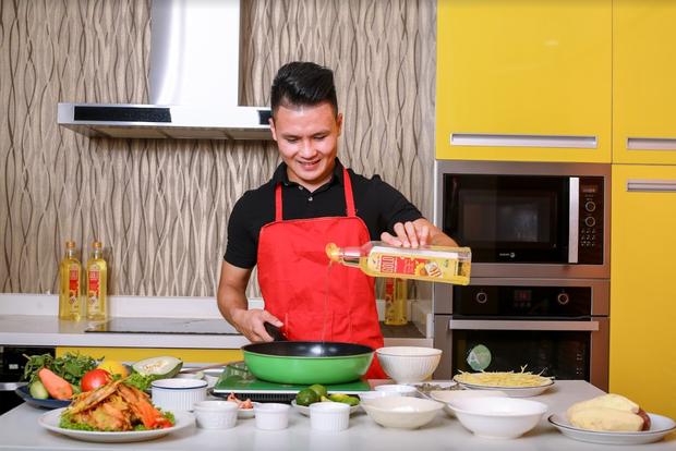 Quang Hải trổ tài nấu nướng đầy thú vị. Quang Hải, Tiến Dũng 'đốn tim' fan với thử thách 'Bếp chiến chuẩn vàng'