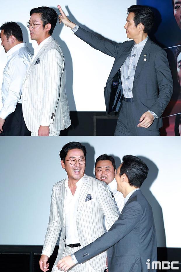 Lee Jung Jae đang cố đùa giỡn với Ha Jung Woo, và rồi bị anh ấy phát hiện.