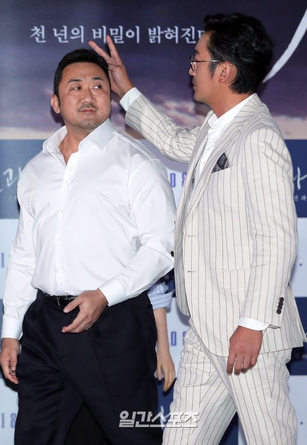 Mặc kệ hình tượng, diễn viên 'Thử thách thần chết 2' đùa giỡn trêu nhau trên sân khấu