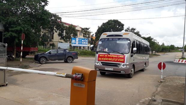 Nhiều xe cứu trợ từ Việt Nam sang tỉnh Attapeu để hỗ trợ người dân gặp nạn. Ảnh Dân Trí.