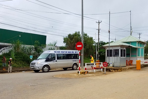 Một số xe khách đã đưa người từ Lào trở về Việt Nam. Ảnh: Dân Trí.