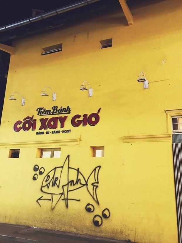 Bức tường Cối Xay Gió thần thánh lại bị vẽ bậy một cách rất vô duyên, gây bức xúc trong giới trẻ