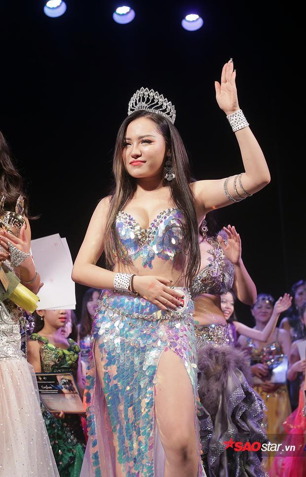 Sự duyên dáng trong những bước nhảy, cùng câu trả lời ứng xử chân thành của Minh Phượng đã giúp cô đăng quang ngôi vị Hoa khôi bellydance đầu tiên tại Việt Nam.