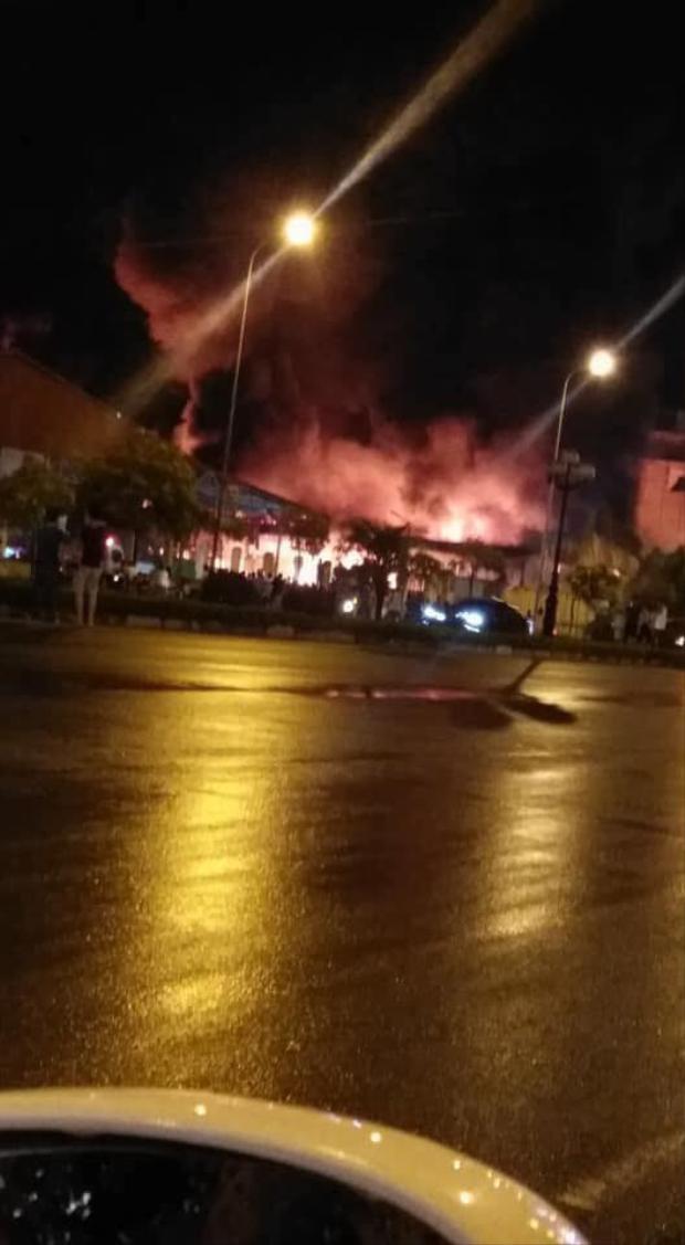 Hiện đám cháy đã lan sang khu vực chợ Gạo.