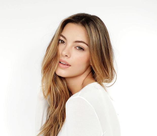 Vẻ đẹp của cô được nhận xét là sự kết hợp giữa gương mặt của các minh tinh Hollywood và nét sắc lạnh của siêu mẫu.