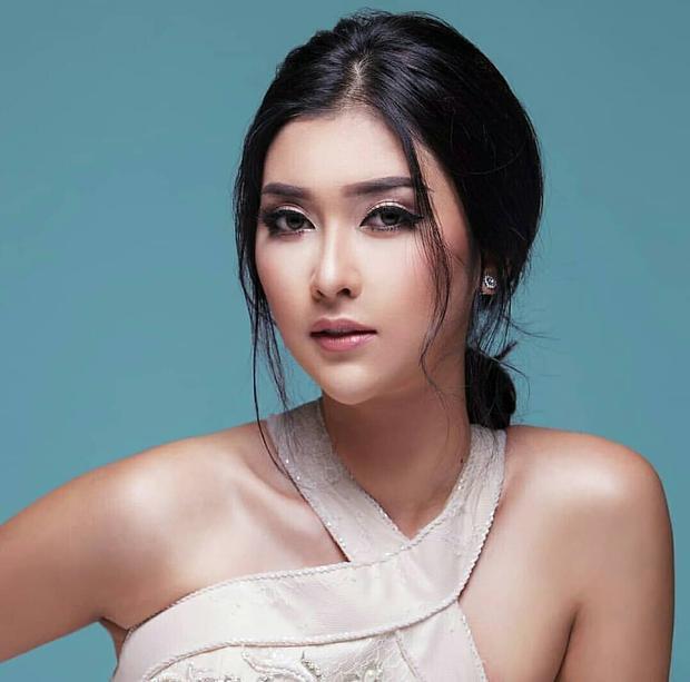 Kevin Lilliana năm nay 22 tuổi. Không chỉ hút hồn người đối diện bằng gương mặt Á Đông xinh đẹp, cô còn sở hữu chiều cao lên tới 1m77 và từng là một người mẫu chuyên nghiệp.