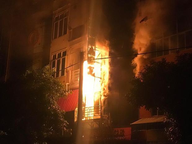 Đám cháy bùng lên dữ dội.