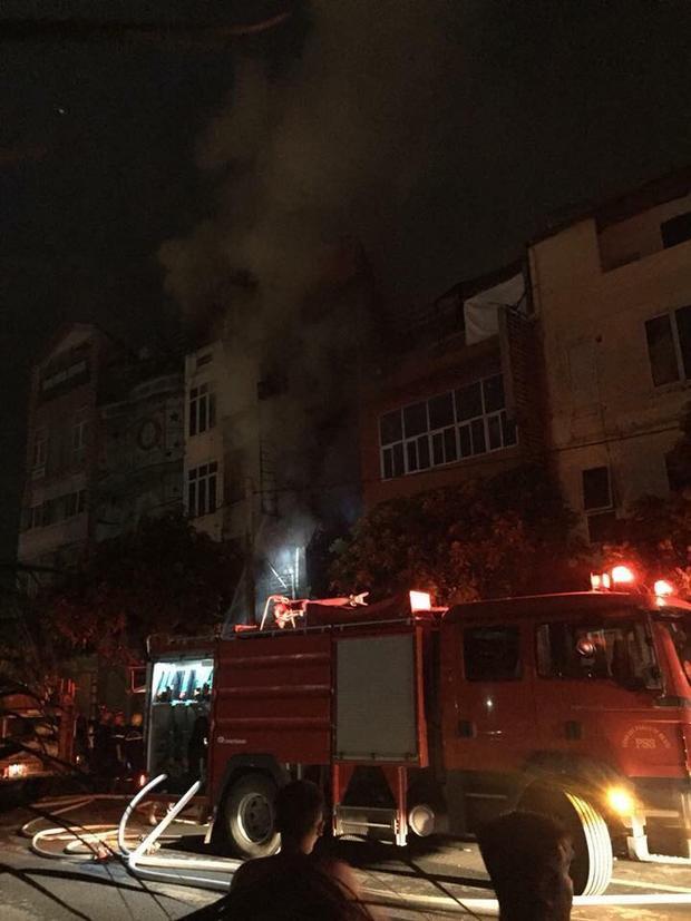 Lực lượng cảnh sát PCCC đang nỗ lực dập lửa.