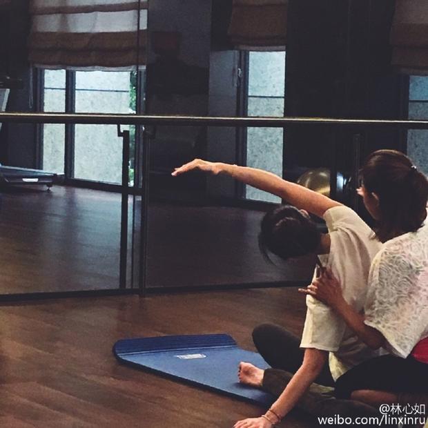 """Bên cạnh đó, nữ diễn viên """"Khuynh thế hoành phi"""" cũng tìm đến các bài tập Yoga để tăng độ dẻo dai cho cơ thể."""