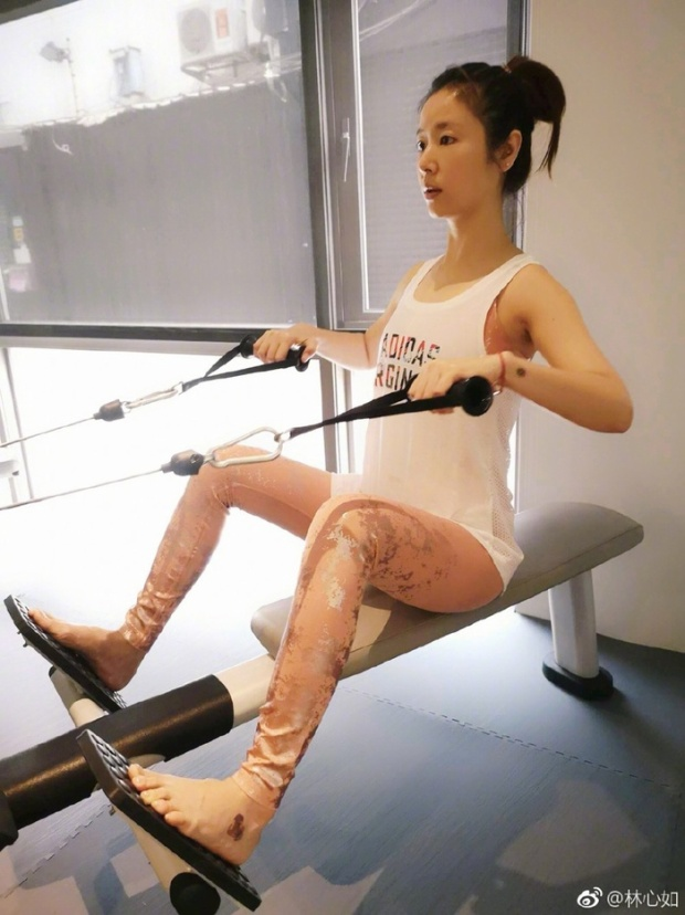 Mặc dù đã 42 tuổi nhưng Lâm Tâm Như vẫn giữ nguyên được vẻ ngoài trẻ trung, thon gọn như thuở 20. Luyện tập là một trong những cách để cô duy trì vẻ đẹp này.