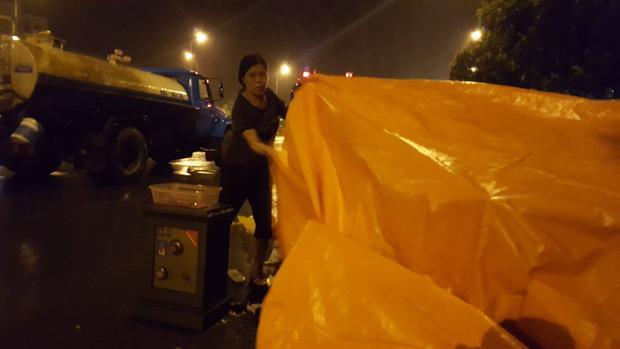 Chị Thu được nhiều người giúp đưa hàng hóa cùng két sắt ra ngoài.