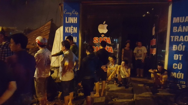 Người dân tập trung rất đông tại hiện trường vụ cháy.